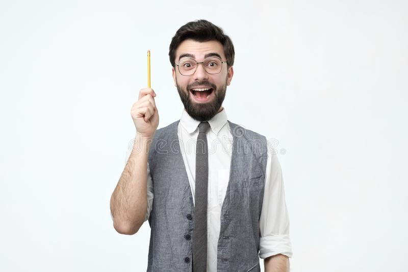 De jonge Spaanse mens met baard, glazen en potlood heeft een goed idee royalty-vrije stock afbeelding