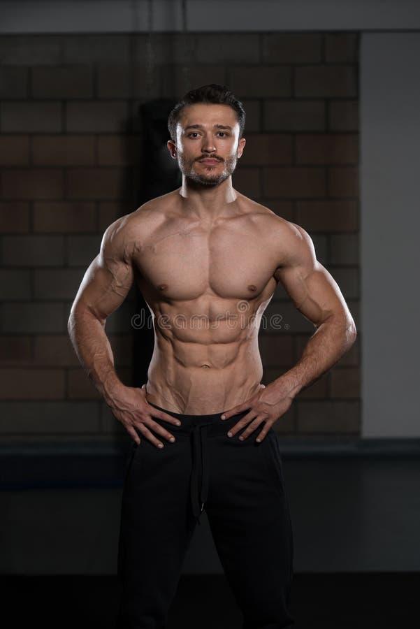 De jonge Spieren van de Bodybuilderverbuiging royalty-vrije stock afbeeldingen