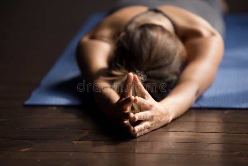 De jonge sportieve vrouw die ademhalingsoefening doen, sluit omhoog stock afbeeldingen