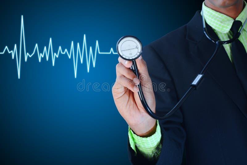 De jonge stethoscoop van de chirurgenholding royalty-vrije stock afbeelding