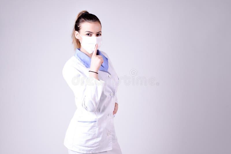 De jonge stilte van het verpleegstersgebaar tevreden stock afbeelding