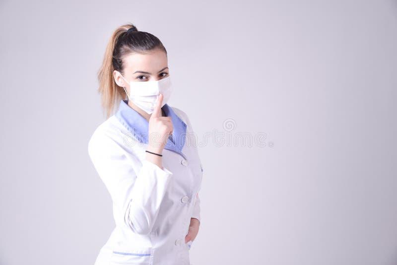 De jonge stilte van het verpleegstersgebaar tevreden royalty-vrije stock foto