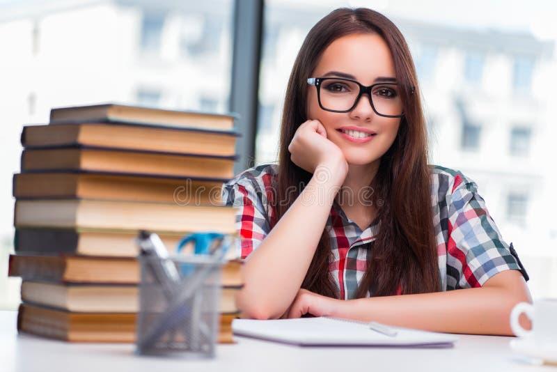 De jonge studente met vele boeken royalty-vrije stock fotografie