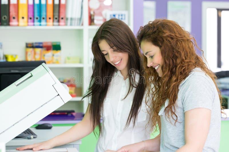 De jonge studenten bij een exemplaar centreren royalty-vrije stock foto's