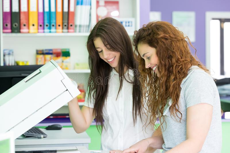 De jonge studenten bij een exemplaar centreren stock foto