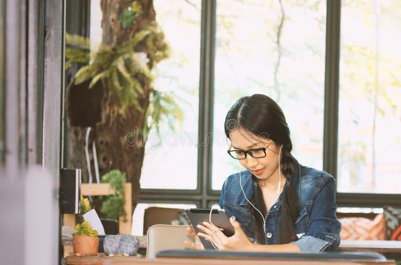 De jonge studenten gebruiken tablet stock foto's