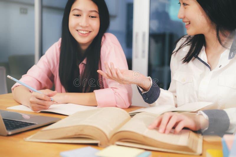 De jonge studentencampus bevordert vriend het de achterstand inlopen en het leren stock afbeelding