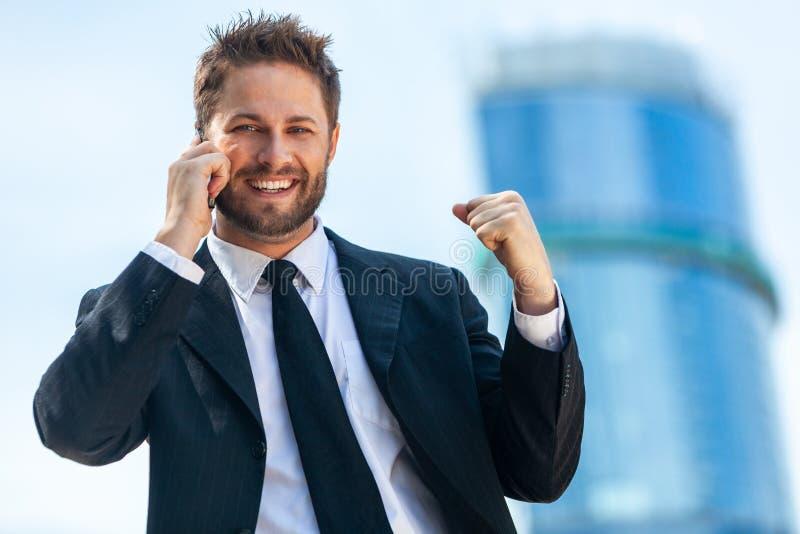De jonge Succesvolle Telefoon van de Bedrijfsmensen Sprekende Cel royalty-vrije stock afbeeldingen