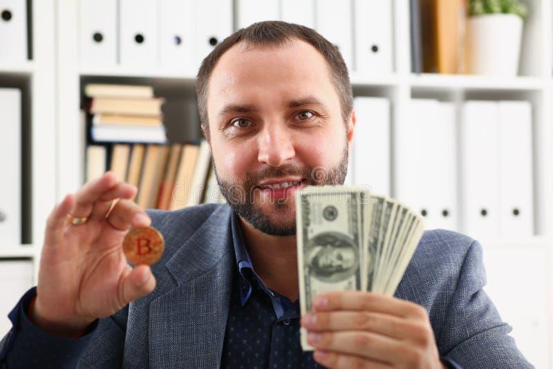 De jonge succesvolle zakenman heeft net een koopje tevreden met het resultaat besloten royalty-vrije stock afbeelding