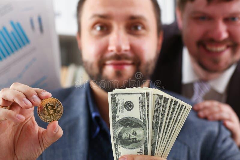 De jonge succesvolle zakenman heeft net een koopje tevreden met het resultaat besloten royalty-vrije stock foto's