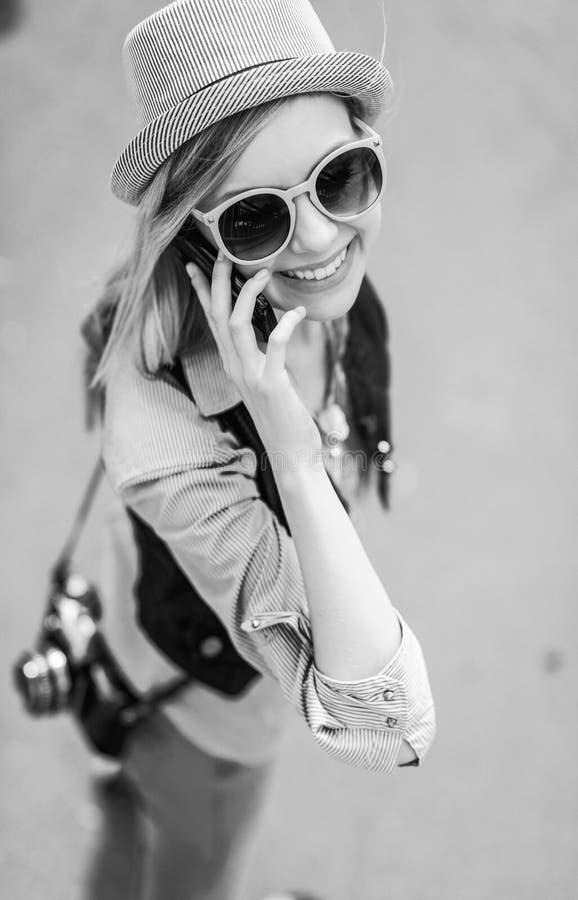 De jonge telefoon van de hipster sprekende cel op stadsstraat royalty-vrije stock foto's