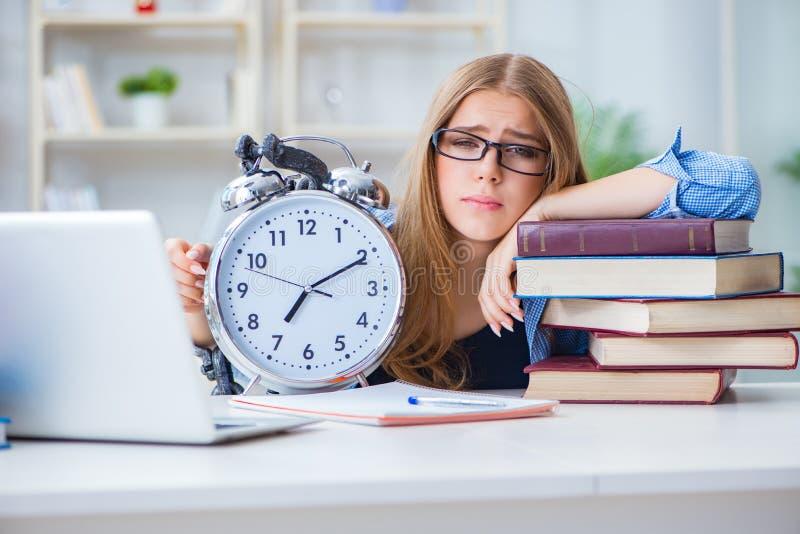 De jonge tiener vrouwelijke student die voor examens thuis voorbereidingen treffen stock fotografie