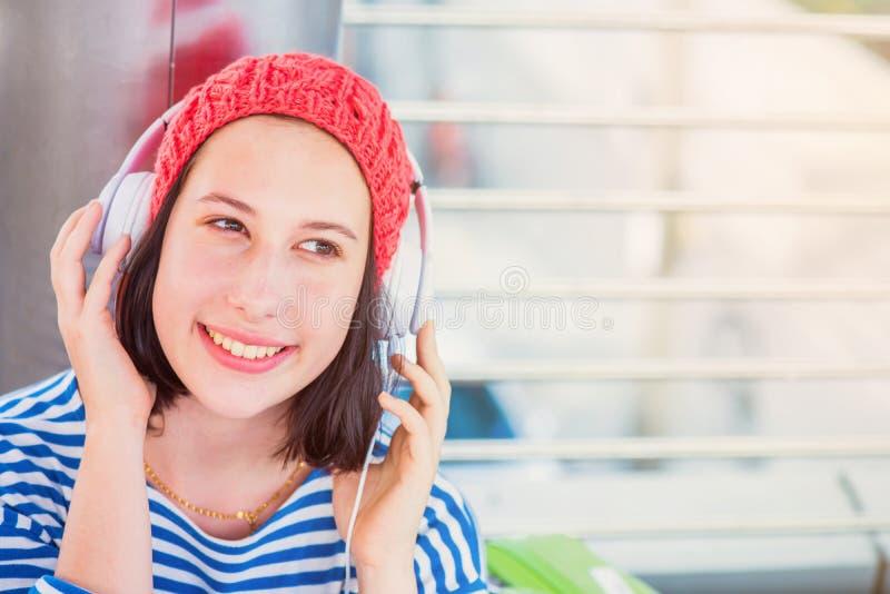 De jonge toerist luistert aan muziek royalty-vrije stock afbeelding