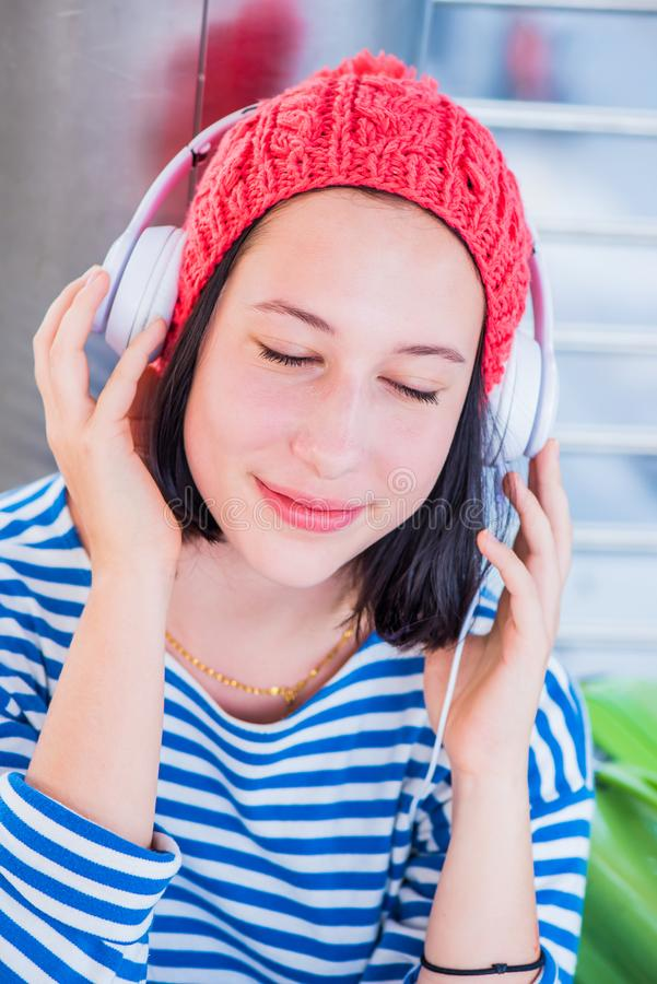 De jonge toerist luistert aan muziek royalty-vrije stock foto's