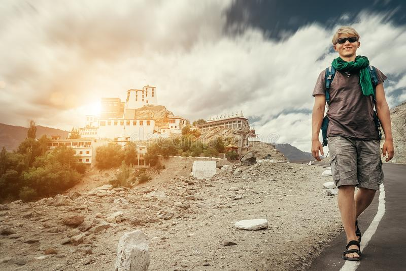 De jonge toeristenmens loopt op weg dichtbij Thiksey-Klooster in India, Ladakh stock afbeeldingen