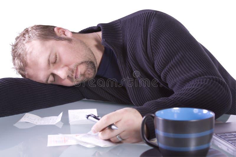De jonge Toevallige Slaap van de Zakenman bij zijn Bureau royalty-vrije stock foto
