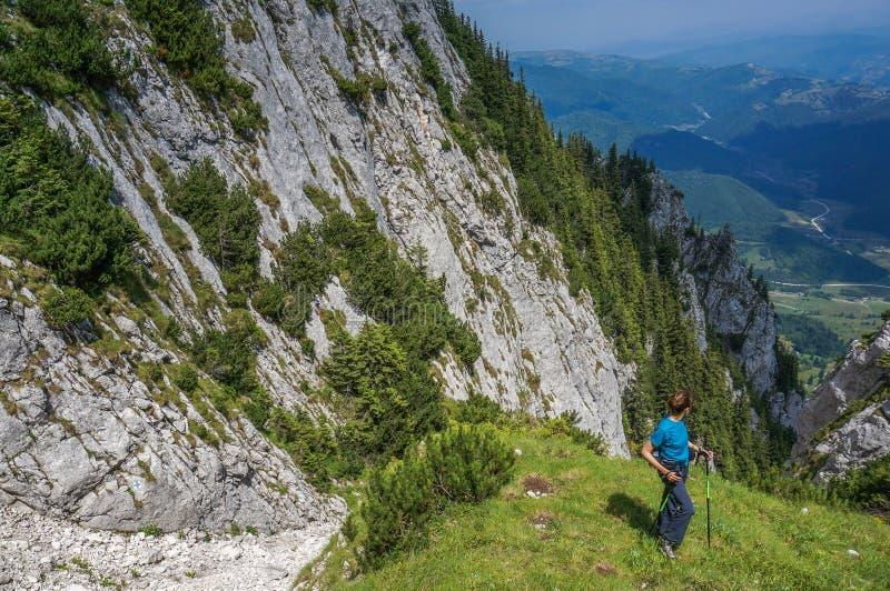 De jonge trekking van de vrouwenwandelaar in Piatra Craiului royalty-vrije stock fotografie