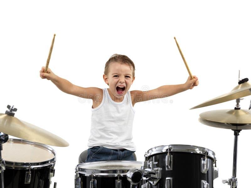 De jonge trommel van het jongensspel met energie royalty-vrije stock afbeelding