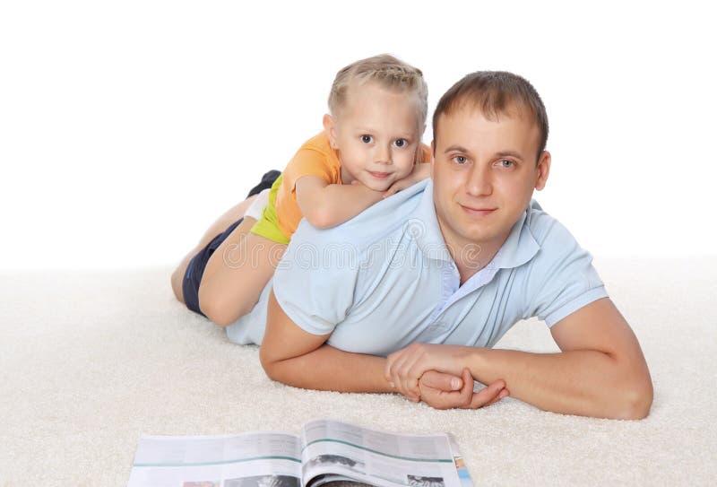De jonge vader brengt tijd met zijn dochter door royalty-vrije stock foto's