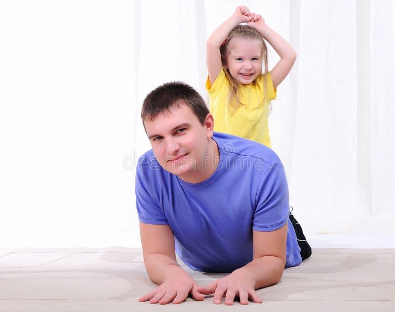 De jonge vader heeft pret met zijn dochter royalty-vrije stock fotografie