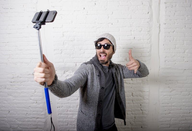 De jonge van de de mensenholding van hipster in blogger video van de de stokopname selfie in vlogconcept stock afbeeldingen