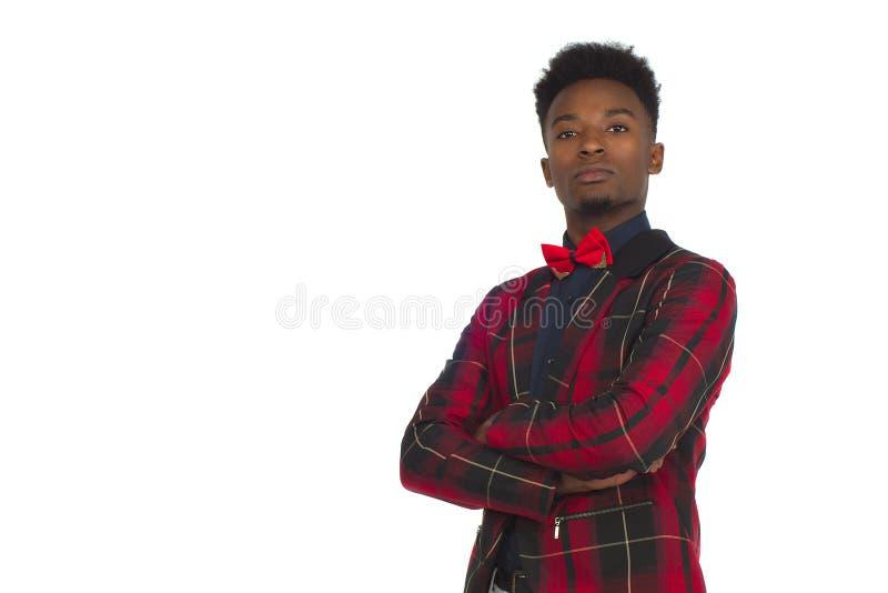 De jonge van het jasje bowtie gekruiste wapens van de zakenman rode plaid van het de studioportret witte achtergrond stock afbeeldingen