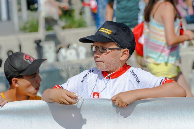 De jonge verdediger bekijkt gespannen de Kampioenschappen van Wereldorienteering in Lausanne, Zwitserland stock afbeeldingen