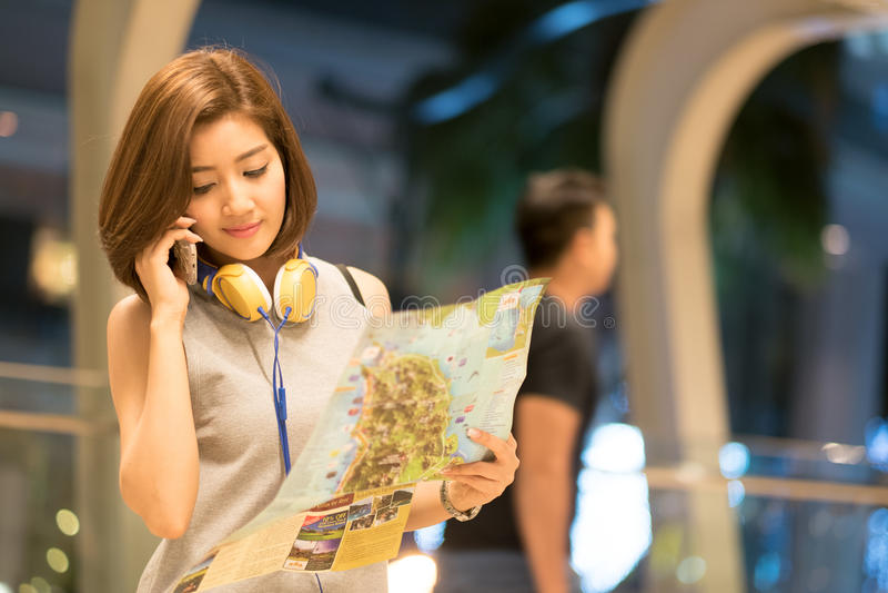 De jonge verloren vrouw kleedde zich in modieuze kleren houdend stadskaart royalty-vrije stock afbeeldingen