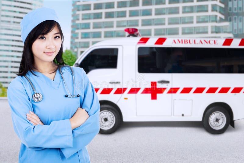 De jonge verpleegster kijkt zeker royalty-vrije stock foto