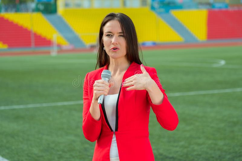 De jonge verslaggever van meisjestv zendt uit stock fotografie