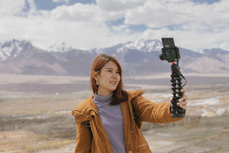 De jonge video van de vrouwen reizende opname voor reisblog royalty-vrije stock afbeeldingen