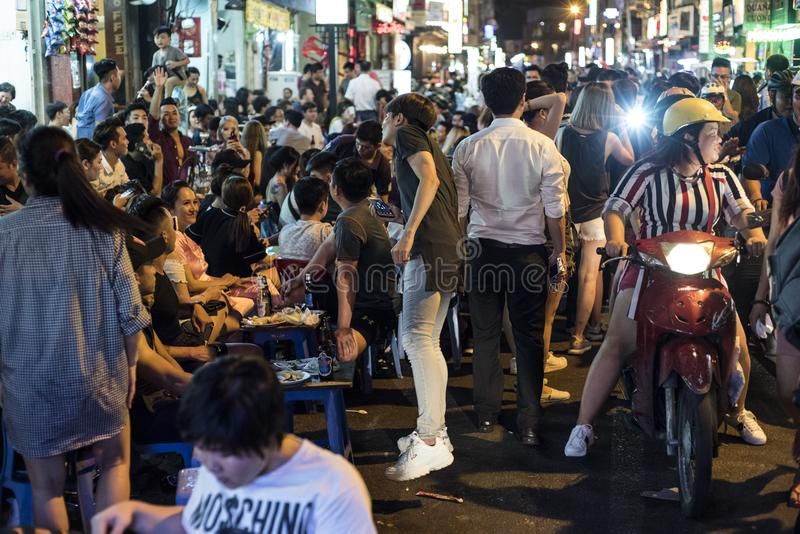 """De jonge Vietnamese mensen partying in de straat van BÃ ¹ i Viá"""" ‡ n in Ho Chi Minh City, Vietnam royalty-vrije stock fotografie"""