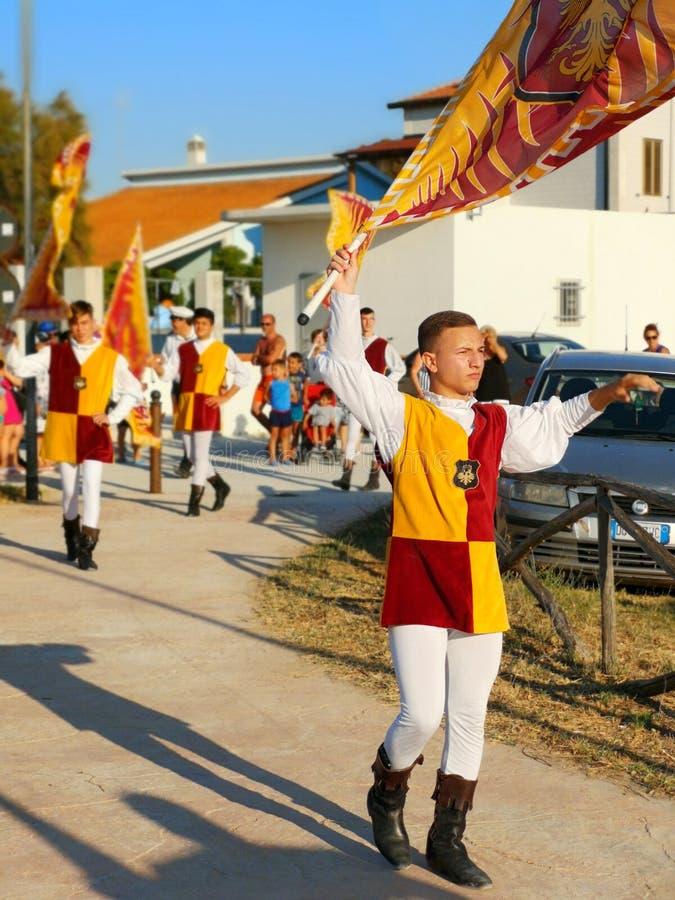 De jonge vlag wankelt van de vlaggentwirlers van jongenspottenbakkers parade van de de vliegers de Italiaanse folklore royalty-vrije stock afbeelding