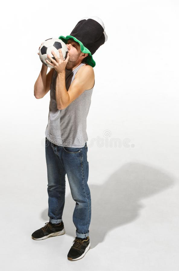 De jonge voetbalventilator - mens die die voetbalbal koesteren op een witte achtergrond wordt geïsoleerd stock foto's