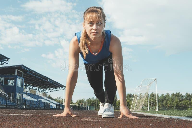 De jonge voeten van de Meisjesagent op de nadruk van de spoorclose-up op sportschoen Het worden klaar te beginnen royalty-vrije stock foto
