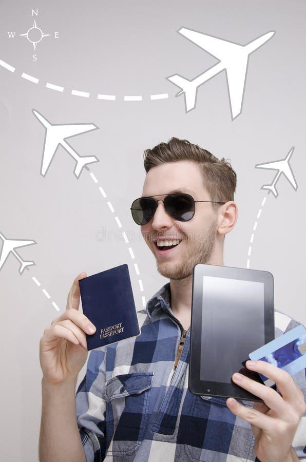 De jonge volwassen mens boekt reizend kaartje via tablet royalty-vrije stock foto