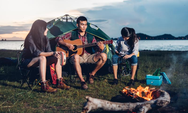 De jonge vrienden groeperen samen het kamperen tent stock afbeeldingen