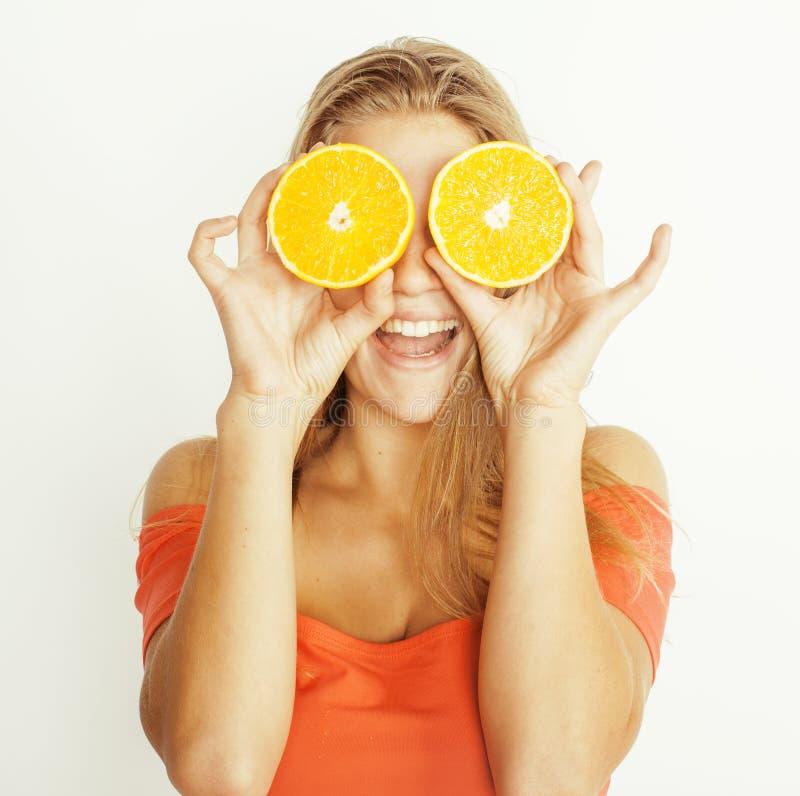 De jonge vrij blonde vrouw met halve sinaasappelen sluit royalty-vrije stock fotografie
