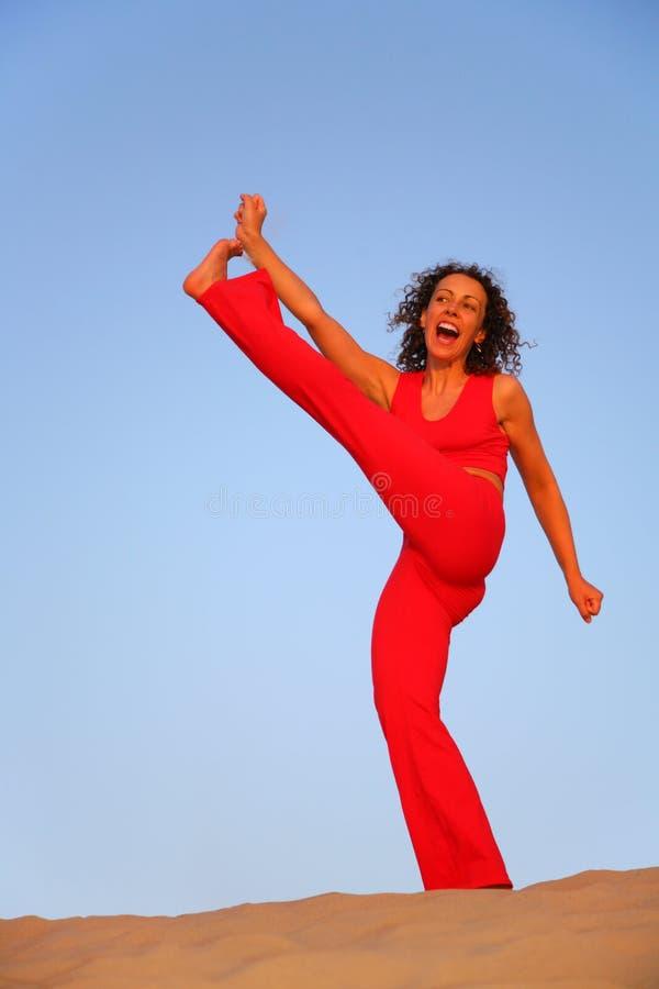 De jonge vrouw behandelt gymnastiek royalty-vrije stock afbeeldingen