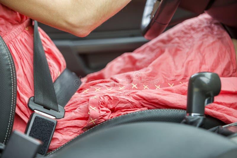 De jonge vrouw binnen auto ontzette omhoog met beschermende veiligheidsgordel Veiligheid en voorzorgsmaatregelconcept stock foto's