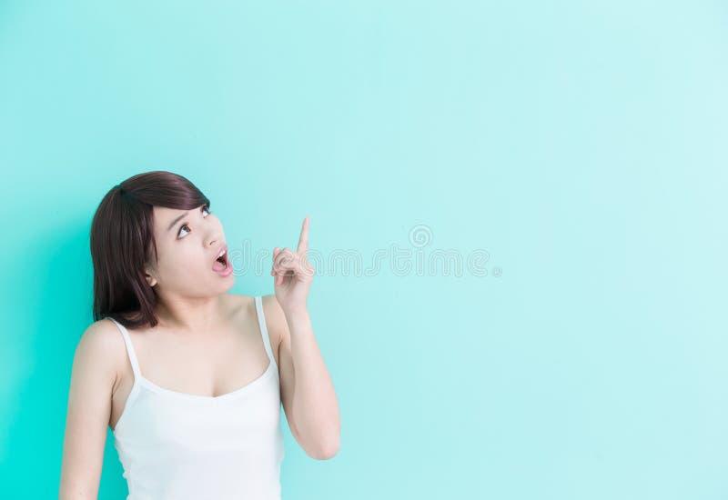 De jonge vrouw denkt iets stock foto