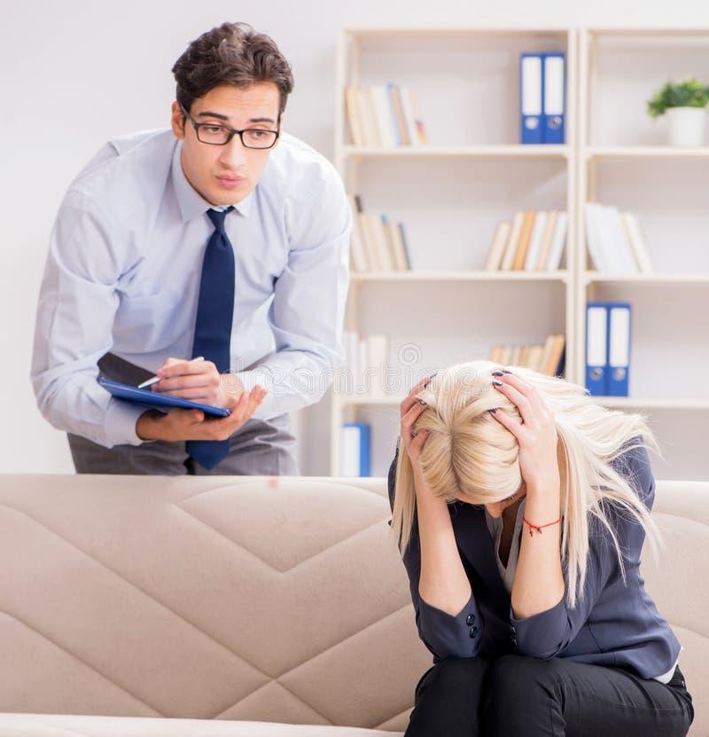 De jonge vrouw die een psychiatrische arts bezoekt voor advies royalty-vrije stock afbeeldingen