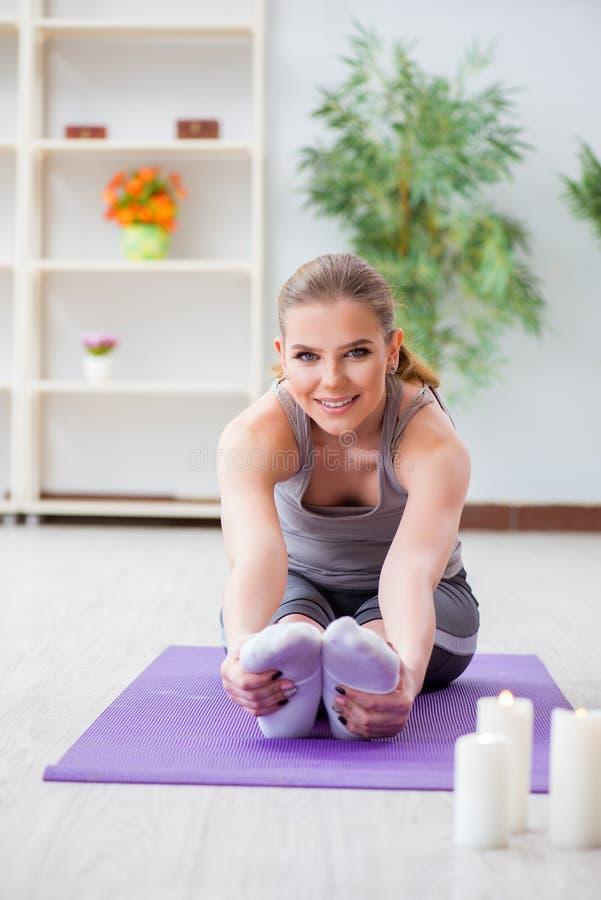 De jonge vrouw die in sporthal in gezond concept uitoefenen royalty-vrije stock foto's