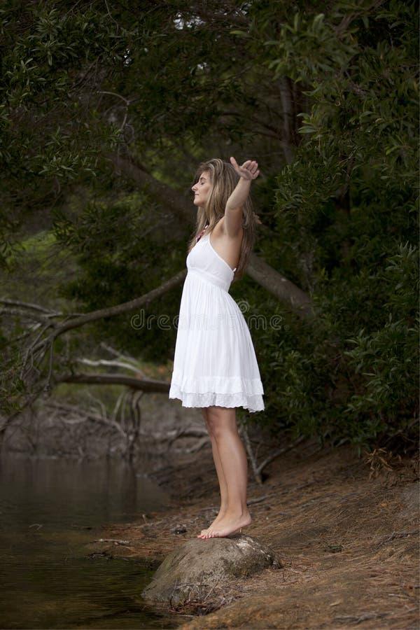 De jonge vrouw die van de schoonheid van aard geniet stock fotografie