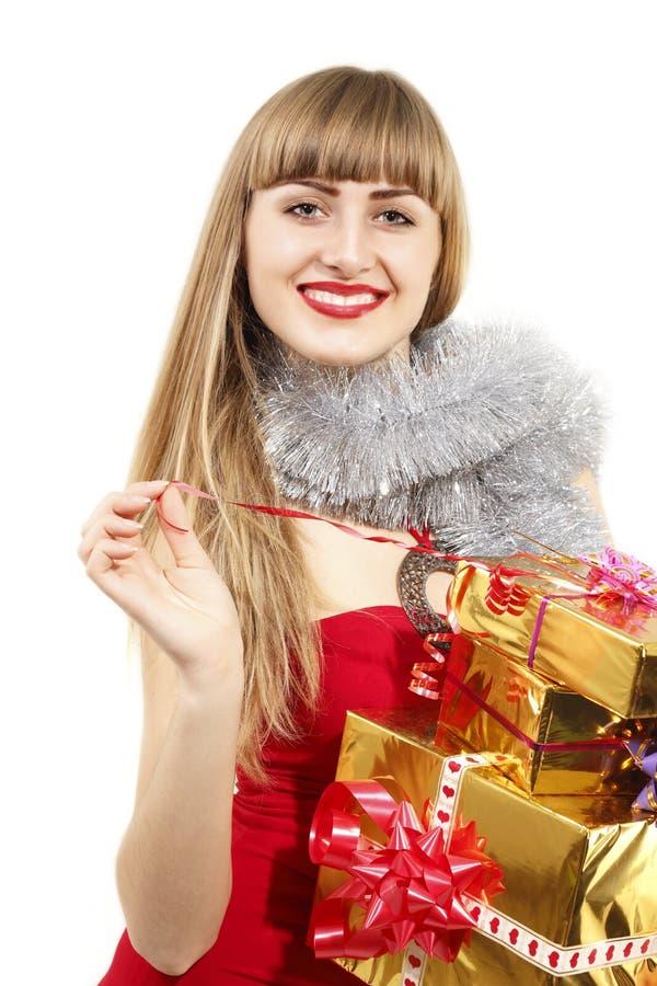 De jonge vrouw die van Kerstmis gouden giften houdt royalty-vrije stock fotografie