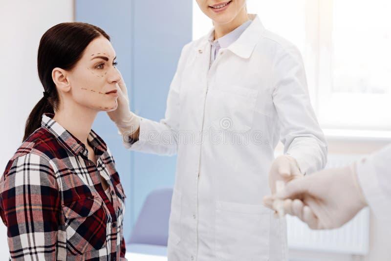 De jonge vrouw die van Nice een kosmetische chirurgieverrichting ondergaan stock fotografie