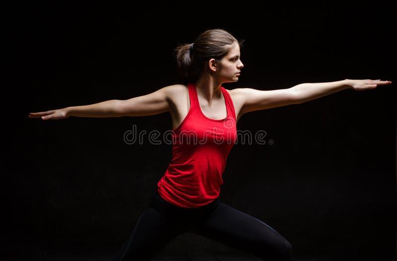 Jonge vrouw die yoga doen stock fotografie