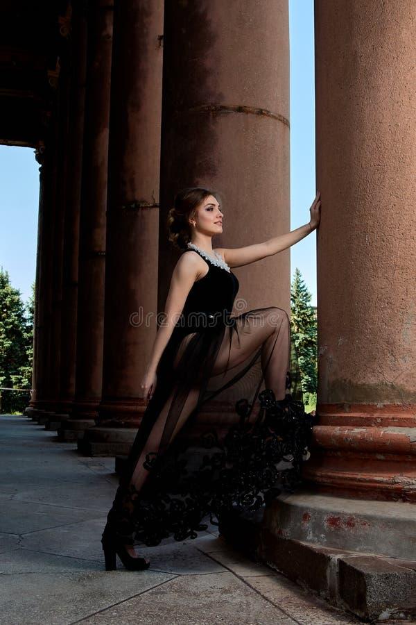 De jonge vrouw draagt een sexy transparante zwarte kleding Jong vrouwen modern portret stock fotografie