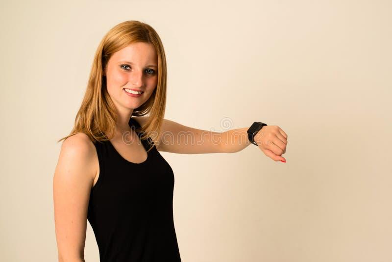 De jonge vrouw draagt het Apple-Horloge royalty-vrije stock afbeelding
