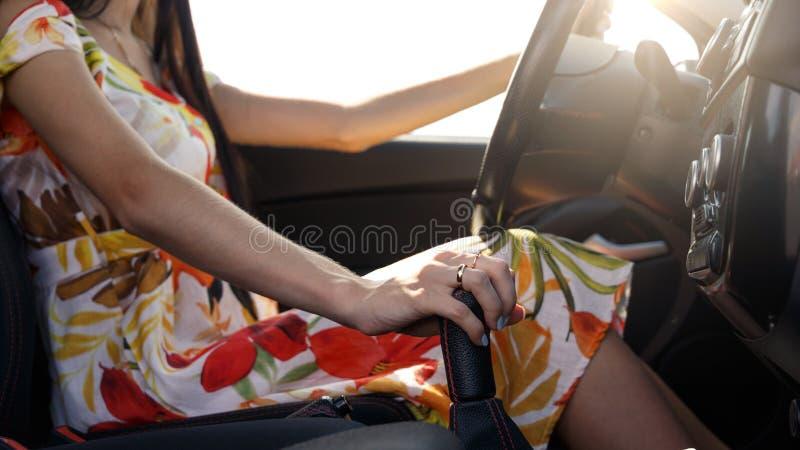 De jonge vrouw drijft een auto Het meisje in de kleding drijft een auto royalty-vrije stock foto's